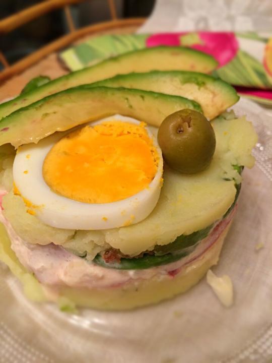 , decorado con huevos y aceitunas;)) Potatoes stuffed with avocados ...