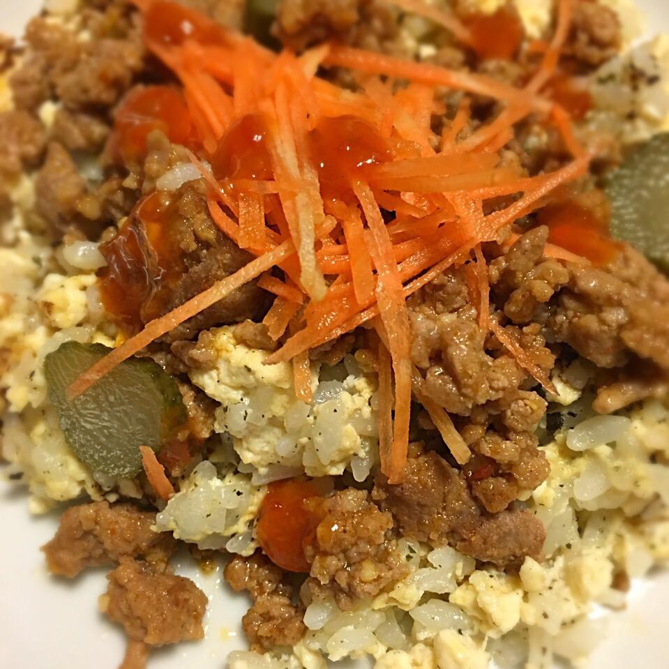 焼き豆腐とご飯のバジル炒め、ひき肉ソースがけ