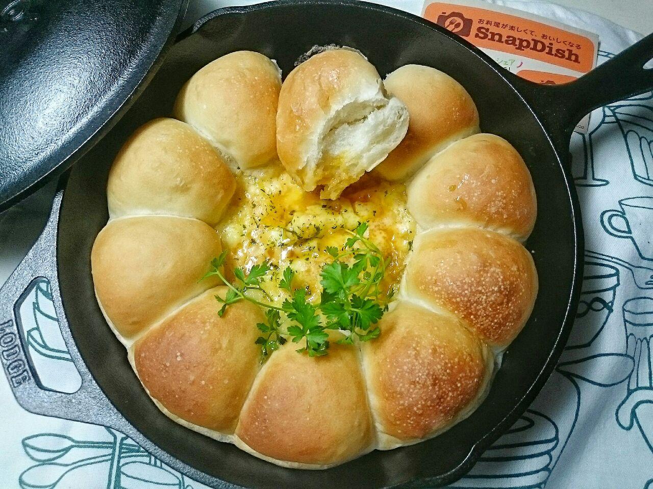 スキレットブレッド~真ん中にはとろけるチーズとスイチリソースを合わせたたっぷりのチーズソースを添えて?