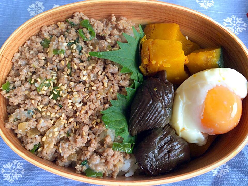 【わっぱ弁当】半熟卵入り‼︎そぼろご飯に煮びたしと南瓜の煮付けの最強コンビ♡いただきま〜した♪