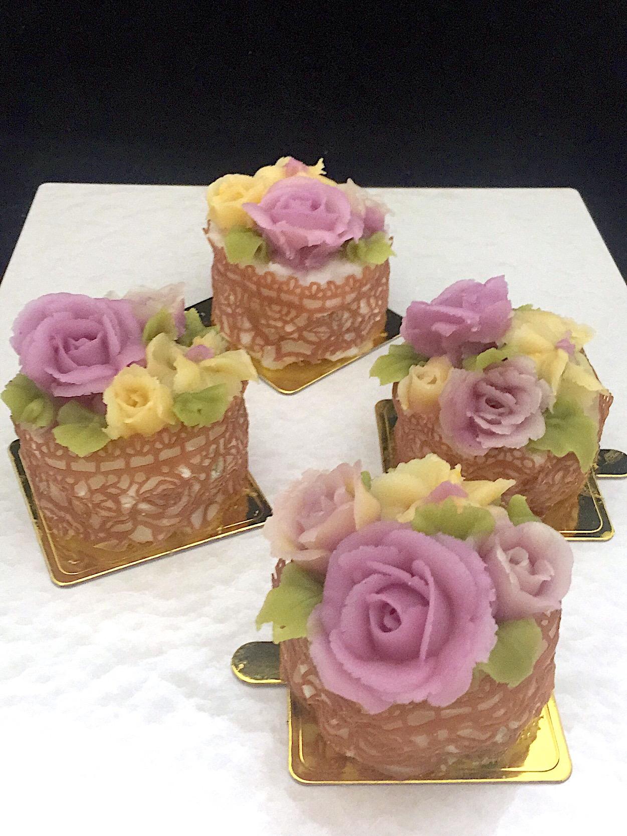 お餅ケーキに餡子のお花と餡子で作ったレースを飾りました。