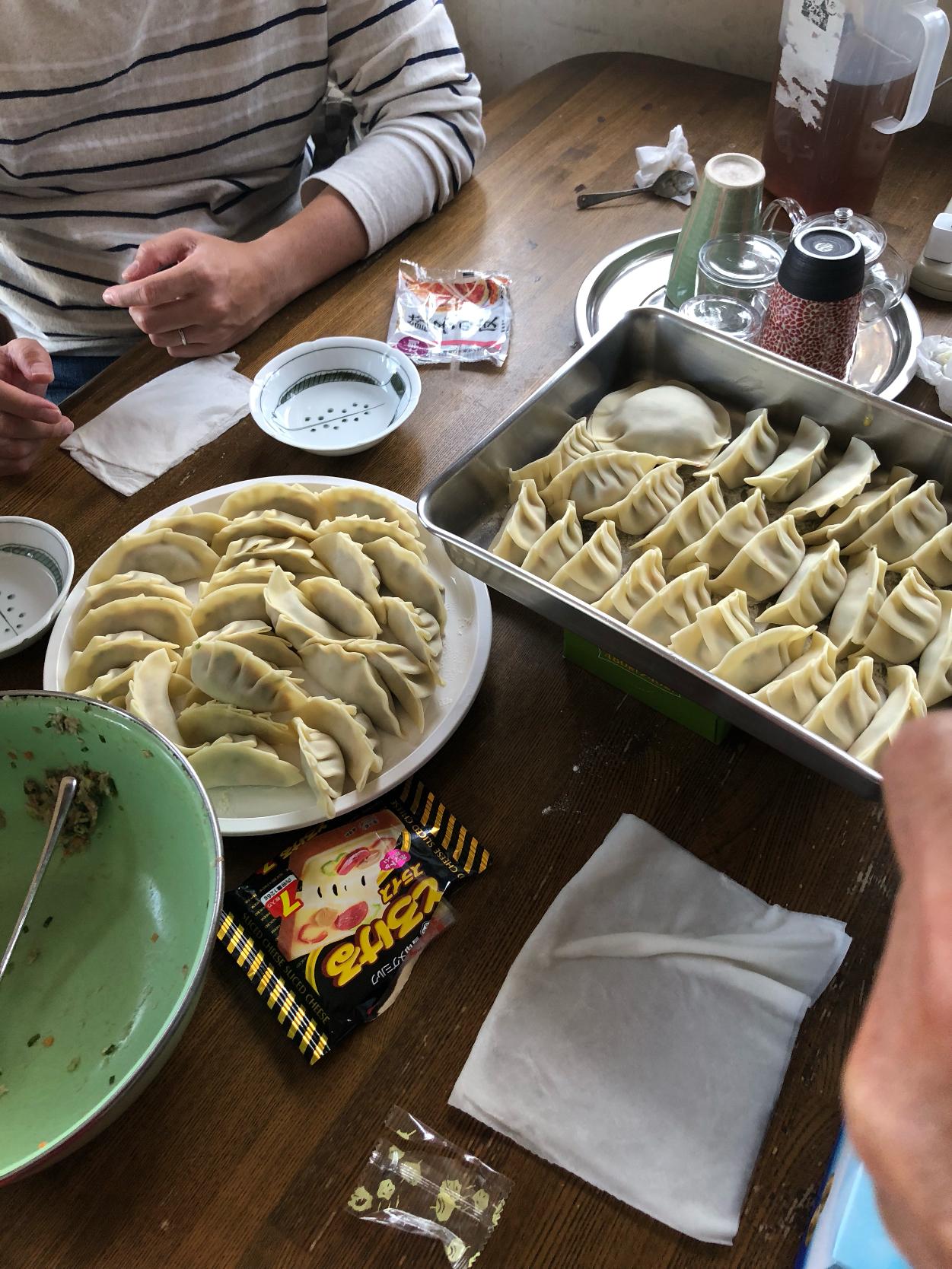 家族で餃子作り